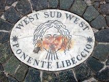 西部Sud西部南西部南部-象征风的方向的头 在一块大理石平板的一个古老图象在圣皮特圣徒・彼得` s S 免版税库存照片