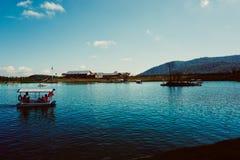 西陵雪山的池塘 免版税库存图片