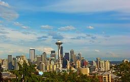 西雅图与瑞尼尔山的市地平线背景的在夏天 库存图片
