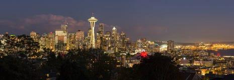 西雅图华盛顿在黄昏全景的市地平线 库存照片