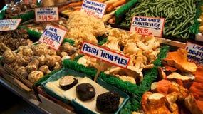 西雅图华盛顿美国- 2014年10月-蘑菇和块菌待售在高摊位在派克集市上 库存照片