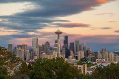 西雅图在日落,华盛顿州,美国的市地平线 图库摄影