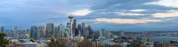 西雅图在黄昏全景WA美国的市地平线 库存图片