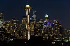 西雅图地平线和其他偶象大厦的夜视图与太空针塔的在背景中 免版税库存照片