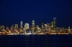 西雅图地平线在蓝色小时-从Alki海滩的看法 免版税图库摄影
