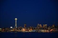 西雅图地平线在蓝色小时-从Alki海滩的看法 免版税库存照片