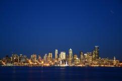 西雅图地平线在蓝色小时-从Alki海滩的看法 库存照片