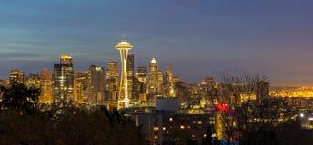 西雅图市地平线晚上全景 库存图片