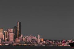 西雅图江边摩天大楼和史密斯塔 免版税库存图片