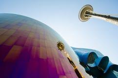 西雅图空间针和反射在EMP博物馆 库存图片