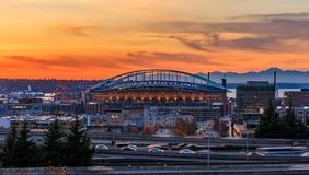西雅图街市和Safeco领域在I-5 I-90高速公路互换之外在日落在秋天与黄色叶子在 库存照片