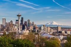 西雅图街市地平线和Mt 更加多雨,华盛顿 免版税库存照片