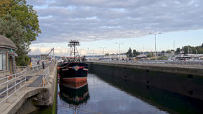 西雅图,华盛顿州,美国-双十国庆, 2014年:Hiram M Chittenden锁与靠码头的大商业性捕鱼船 免版税图库摄影