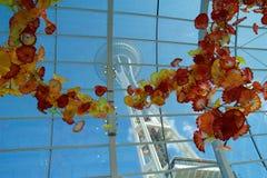 西雅图,华盛顿,美国- 2017年1月23日, :空间针的看法从Chihuly庭院和玻璃博物馆里边的 免版税库存照片