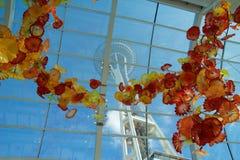 西雅图,华盛顿,美国- 2017年1月23日, :空间针的看法从Chihuly庭院和玻璃博物馆里边的 库存照片