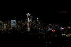 西雅图,华盛顿,美国- 2017年1月23日, :西雅图地平线夜都市风景有修造的黑暗的天空背景 图库摄影