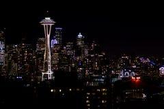 西雅图,华盛顿,美国- 2017年1月23日, :西雅图地平线夜都市风景有修造的黑暗的天空背景 库存图片
