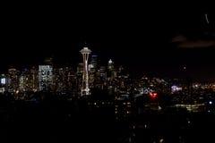 西雅图,华盛顿,美国- 2017年1月23日, :西雅图地平线夜都市风景有修造的黑暗的天空背景 免版税图库摄影