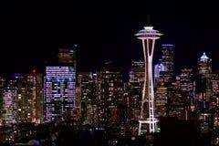 西雅图,华盛顿,美国- 2017年1月23日, :西雅图地平线夜都市风景有修造的黑暗的天空背景 免版税库存照片