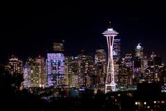 西雅图,华盛顿,美国- 2017年1月23日, :西雅图地平线夜都市风景有修造的黑暗的天空背景 库存照片