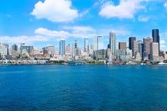 西雅图, WA - 2011年3月23日:在水族馆附近的西雅图江边有小游艇船坞和小船的 免版税库存照片