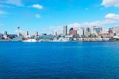 西雅图, WA - 2011年3月23日:在水族馆附近的西雅图江边有小游艇船坞和小船的 库存图片