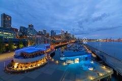 西雅图WA从江边的市地平线在蓝色小时 免版税库存照片