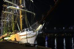 """巴西高船""""在里加港的Cisne Branco""""在晚上。 库存图片"""