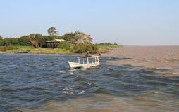 巴西, Santarém :在两条河- Tapajà ³ s和亚马逊的合流的小船 免版税库存图片