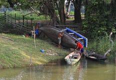 巴西, Santarém :居住在亚马孙河-修理小船 免版税库存图片