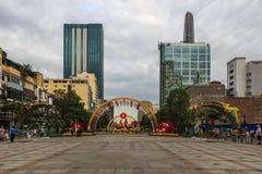 西贡、越南- 2017年1月23日-阮惠走的街道和花街道在旧历新年期间在胡志明市街市  免版税库存照片