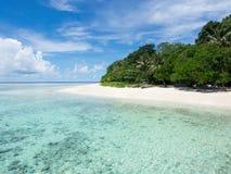 西巴丹岛海岛,沙巴,马来西亚绿松石色的水  免版税库存照片
