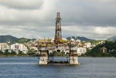 巴西-抽油装置在瓜纳巴拉海湾-里约热内卢 免版税库存图片