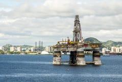 巴西-抽油装置在瓜纳巴拉海湾-里约热内卢 库存照片