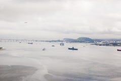 巴西-抽油装置在瓜纳巴拉海湾-里约热内卢 免版税库存照片