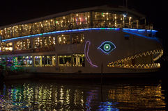 西贡河的夜餐馆 库存图片