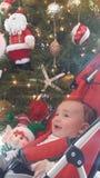 西巴的圣诞树兴高采烈的婴孩神色 免版税库存照片