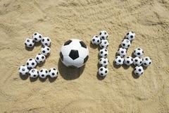 巴西2014年足球橄榄球在沙子的世界杯消息 免版税库存图片