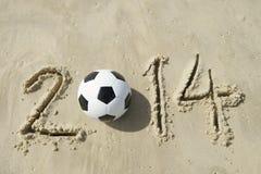 巴西2014年足球橄榄球在沙子的世界杯消息 库存图片