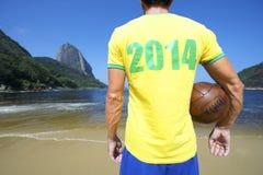 巴西2014年足球足球运动员在里约海滩站立 库存照片