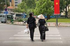 西贡,越南-富裕的行人交叉路的中产阶级共产主义妇女 免版税图库摄影