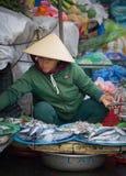 西贡,越南- 2017年6月30日:卖在市场,西贡,越南上的妇女鱼 免版税图库摄影