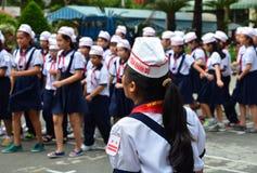 西贡,越南- 2015年3月8日 制服的未认出的孩子在年底党期间在一所kidergarten学校在西贡 库存图片