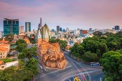西贡,越南- 2014年10月01日 巴黎圣母院(越南语:Nha Tho Duc Ba)在日落 库存图片