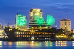 西贡,越南- 2016年5月31日-在夜之前享用酵素免疫分析法游艇在Nha荣码头,胡志明市 库存图片