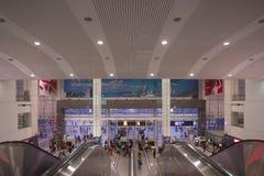 主要上海火车站的内部与旅行家的 图库摄影