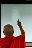 要做一间新的屋子的佛教仪式的修士 免版税库存照片