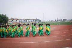 要做体育运动的一个小组学生 免版税库存图片