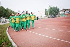 要做体育运动的一个小组学生 免版税库存照片
