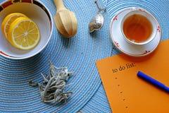 要做名单的早晨茶和a 免版税库存图片